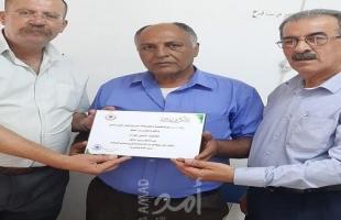بلدية قلقيلية تكرم سائقاً تقديرا لأمانته