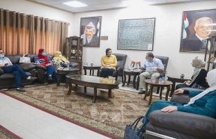 رئيس بلدية قلقيلية يستقبل وفدا من النادي النسوي البيئي