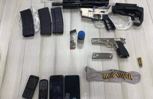 معاريف: اعتقال مقدسيين بعد عثور على أسلحة داخل منازلهم