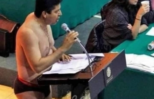 برلماني مكسيكي يختار القاء مداخلته عارياً في البرلمان احتجاجاً على نهب الشعب