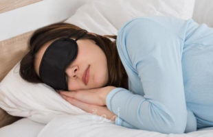 للنساء .. نومك بوجود اضاءة يزيد من وزنك