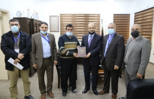 """غزة: تزويد المدارس الثانوية بـ(150) نسخة من كتاب """"أعلام من جيل الرواد"""""""
