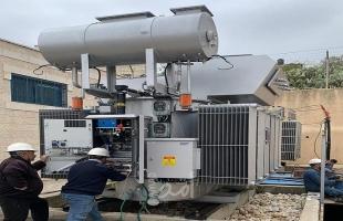 كهرباء القدس تركب محولاً في بلدة الجديرة لتحسين موثوقية تزويد التيار الكهربائي