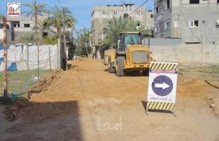البدء بتنفيذ مشروع تبليط شوارع متفرقة في دير البلح وسط قطاع غزة