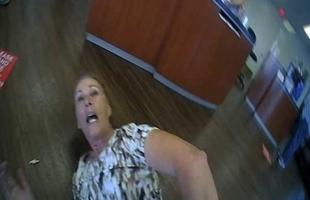 اعتقال سيدة مسنة لعدم ارتدائها الكمامة في أمريكا - فيديو