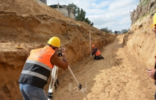 """خانيونس: مصلحة مياه البلديا تنفذ مشروع تصريف مياه الأمطار بمنطقة """"الوفية"""""""