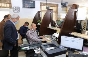 قلقيلية: المحافظ يتفقد عملية صرف رواتب الأسرى في دائرة البريد