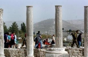 """نابلس: مئات المستوطنين يقتحمون """"المنطقة الأثرية"""" في سبسطية"""