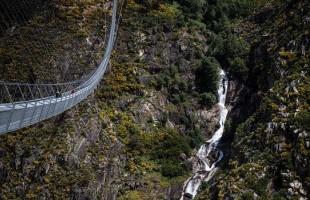 البرتغال تدشن أطول جسر معلّق للمشاة في العالم - شاهد