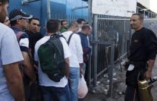 سلطات الاحتلال تعتقل عشرات العمال على معبر الخليل