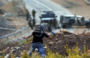الخليل: رشق سيارات للمستوطنين بالحجارة قرب مخيم العروب