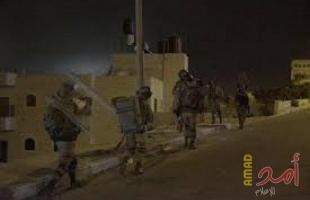 جيش الاحتلال يداهم محالًا تجارية في الخليل
