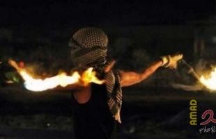 شبان يلقون زجاجات حارقة تجاه جنود الاحتلال في قلقيلية