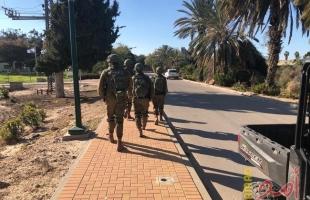 الإعلام العبري يتحدث عن نشر حواجز في البلدات الإسرائيلية عقب تسلل فلسطينيين من غزة
