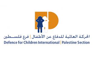 """الحركة العالمية: جندي إسرائيلي يهدد طفل فلسطيني: """"بطخك"""""""