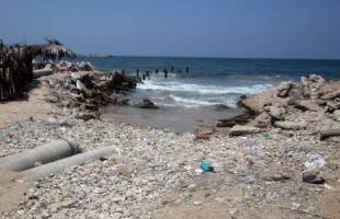 بلدية غزة تنفذ مبادرة لتنظيف شاطئ البحر بمشاركة مجموعات شبابية