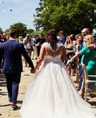 شاهد .. زفاف مجاني لحبيبين.. تأجل لمدة 24 عاما بسبب سوء حالتهما المادية