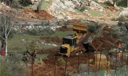 قوات الاحتلال تجرّف دونمات زراعية بالأغوار