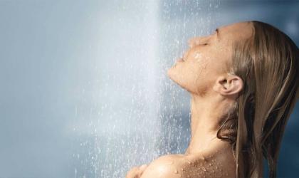 خبيرة العناية بالبشرة تحذر من الاستحمام لأكثر من 15 دقيقة