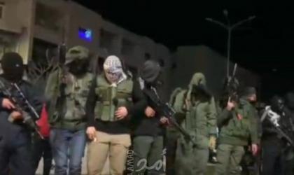 بالفيديو.. مسلحون يطلقون النار قرب مخيم الأمعري برام الله رفضًا لإغلاق البنوك حسابات الأسرى