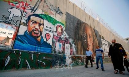 رسم صورة للأمريكي 'فلويد' على الجدار الفاصل بالضفة الغربية