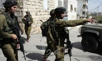 قوات الاحتلال تفتش منازل في الخليل وتنصب حواجز على مدخل المدينة