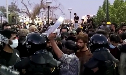 محتجون يضرمون النار في مكتب مجلس النواب في البصرة بجنوب العراق