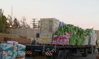 بالصور- إدخال عشرات الشاحنات المحملة بالبضائع والمواد الغذائية إلى قطاع غزة