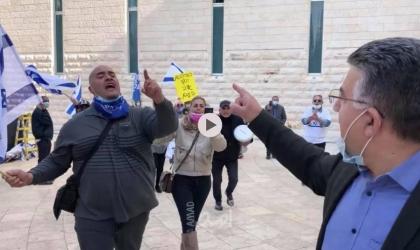 فيديو - متظاهرين من اليمين والليكود يحاولون الاعتداء على النائب جبارين