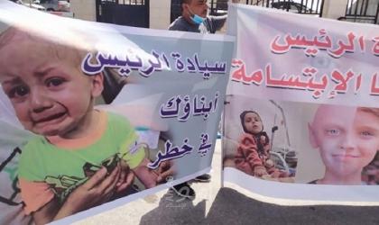 رام الله: محتجون يطالبون بوقفحالة التخبط التي تمارسها دائرة التحويلات الطبية- فيديو