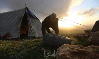 مواطنون ينصبون خيام على أراضيهم المهددة بالإستيلاء جنوب الخليل- صور