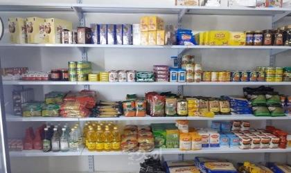 التنمية الاجتماعية وقطر الخيرية يسلمان أسرة مشروع بقالة بمدينة بيتونيا