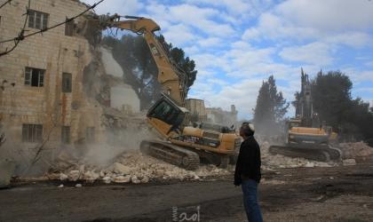 اجبار مواطن على هدم وإزالة خيمته السكنية جنوب الخليل