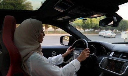 سائق يوثق اللحظات الأخيرة لفتاة قادت سيارتها بسرعة جنونية عكس الاتجاه في مصر - فيديو