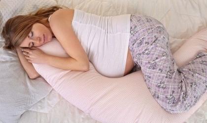 طريقة النوم الصحيحة للحامل وفقًا لشهور الحمل