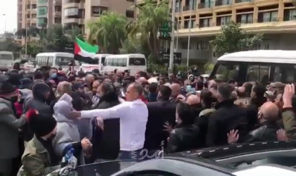 شاهد - فضيحة أمن سفارة فلسطين في لبنان وهو يعتدي على عدد من فلسطينيي سوريا