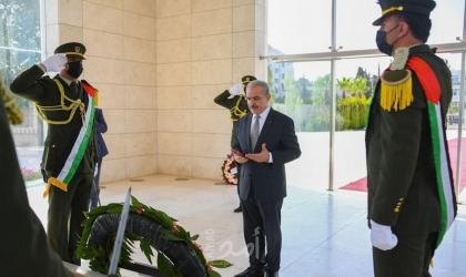 """اشتية يضع """"إكليلا من الزهور"""" على ضريح الخالد المؤسس ياسر عرفات"""