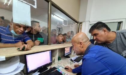 """مواطنو غزة يتوافدون لاستلام موافقات """"لم الشمل"""" في مقر الشؤون المدنية- صور"""