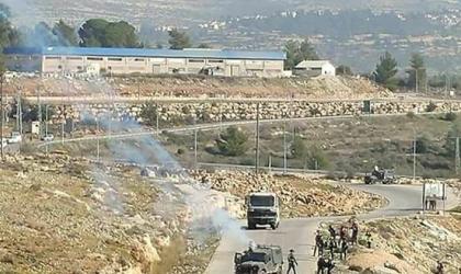 جيش الاحتلال يحتجز شابين على مدخل النبي صالح