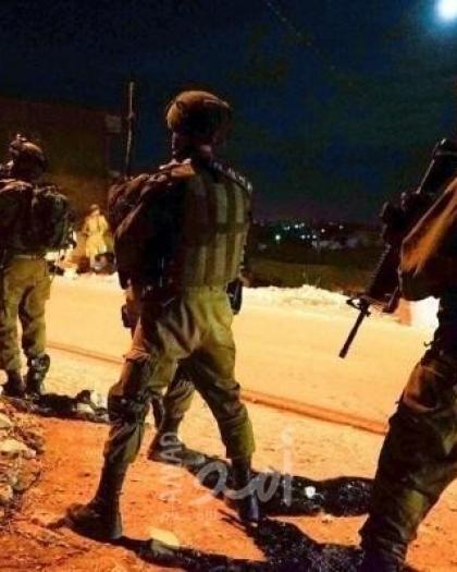 """جيش الاحتلال يعتقل المواطن """" إدريس غيث"""" ونجله من الخليل"""