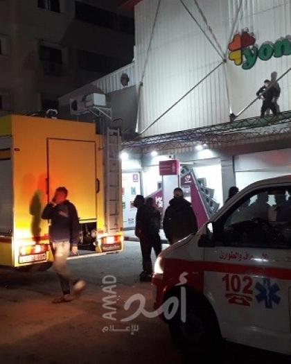"""بالصور - إصابة 5 مواطنين بالاختناق إثر حريق في مول """"كير فور"""" غرب غزة"""