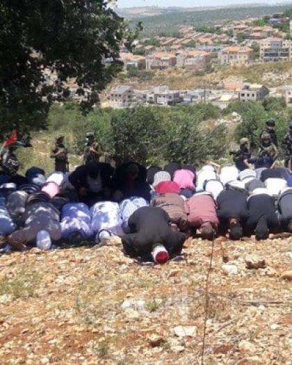 سلفيت: أهالي دير بلوط يقيمون صلاة الجمعة فوق أراضيهم المهددة بالاستيلاء
