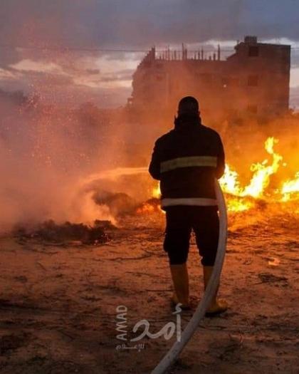 طواقم الدفاع المدني تخمد حريق اندلع في أرض زراعية شمال قطاع غزة- صور