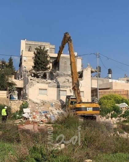 سلطات الاحتلال تجبر مقدسيين على هدم منزليهما وتخطر بهدم منزل ثالث