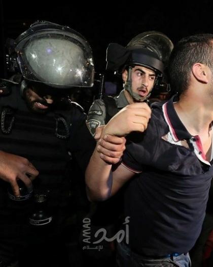 """جيش الاحتلال يهاجم المعتصمين في """"الشيخ جراح"""" ويعتقل شبان ويعتدي على مسعفيين وصحفيين"""