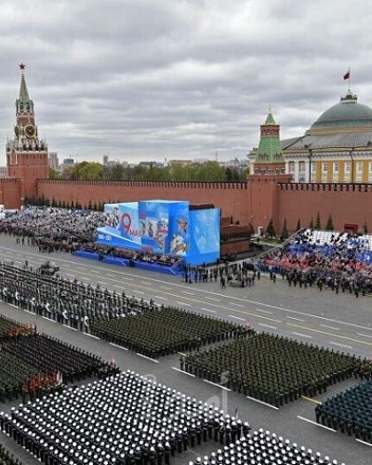 شاهد العرض العسكري الذي تشهده العاصمة موسكو بمناسبة ذكرى الانتصار على النازية في الحرب الوطنية العظمى