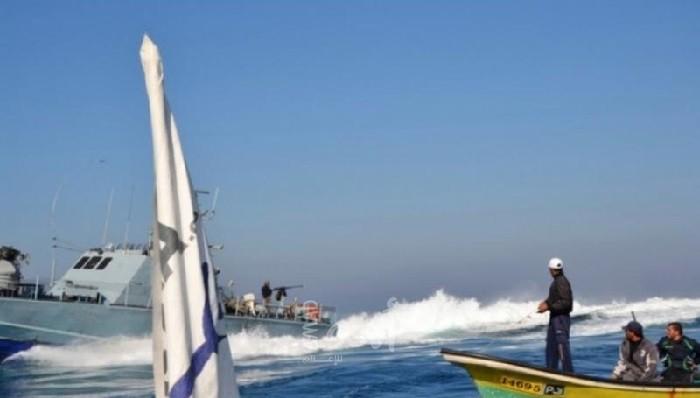 زوارق الاحتلال تستهدف مراكب الصيادين مقابل بحر شمال غزة